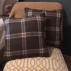 Set of 2 plaid pillows